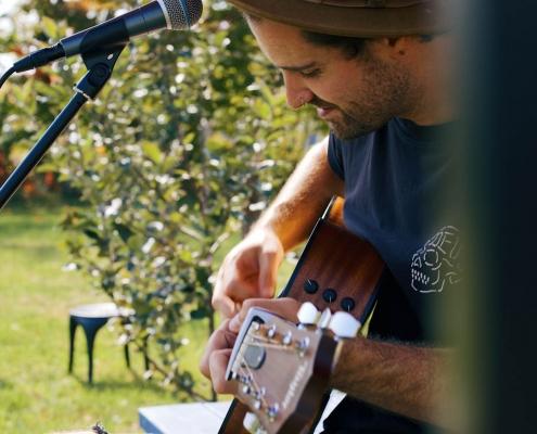 Le chanteur Nick Patterson accompagné de sa guitare